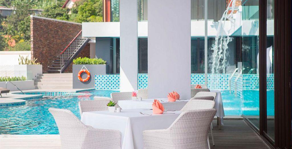 El Eastin Yama Hotel Phuket alberga piscina exterior