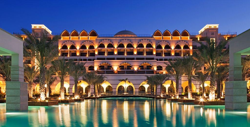 Vous prendrez place au très luxueux Jumeirah Zabeel Saray