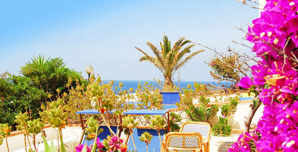 Lo stile mediterraneo di questo hotel vi farà sentire subito a casa.
