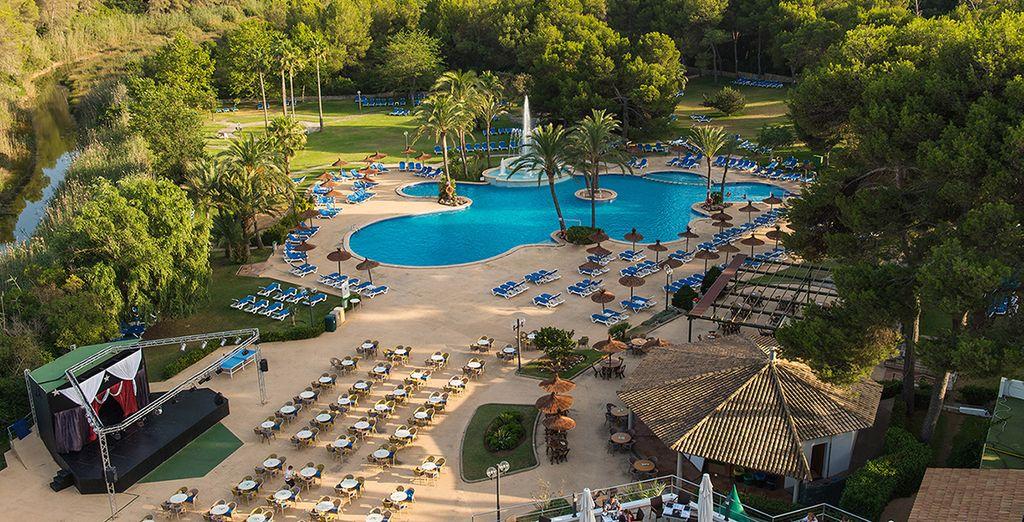 Das Hotel Exagon Park 4* begrüßt Sie mit seinem tollen Außenbereich