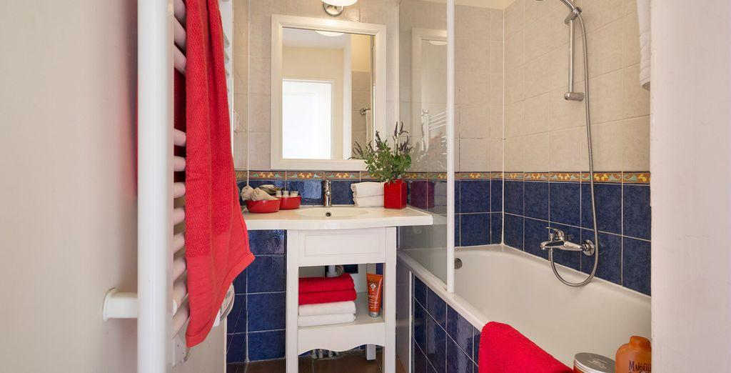 Das Badezimmer ist gut ausgestattet
