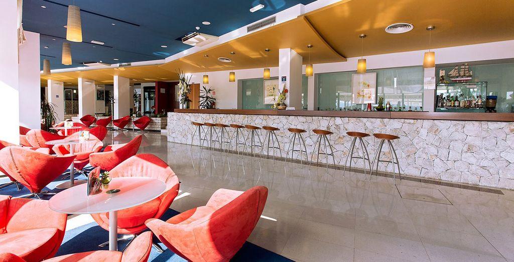 Dieses moderne Hotel hat viele Orte an denen Sie sich entspannen können