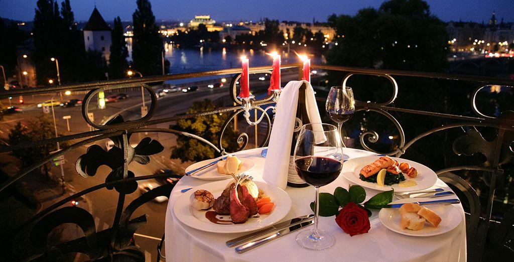 Genießen Sie ein romantisches Abendessen mit umwerfenden Blick auf Prag