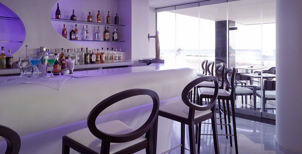 Ein Drink in der Bar genießen...