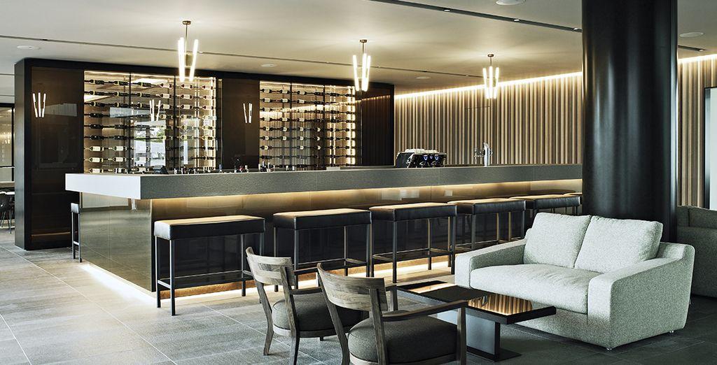Lassen Sie den Abend mit einem Cocktail in der Bar ausklingen