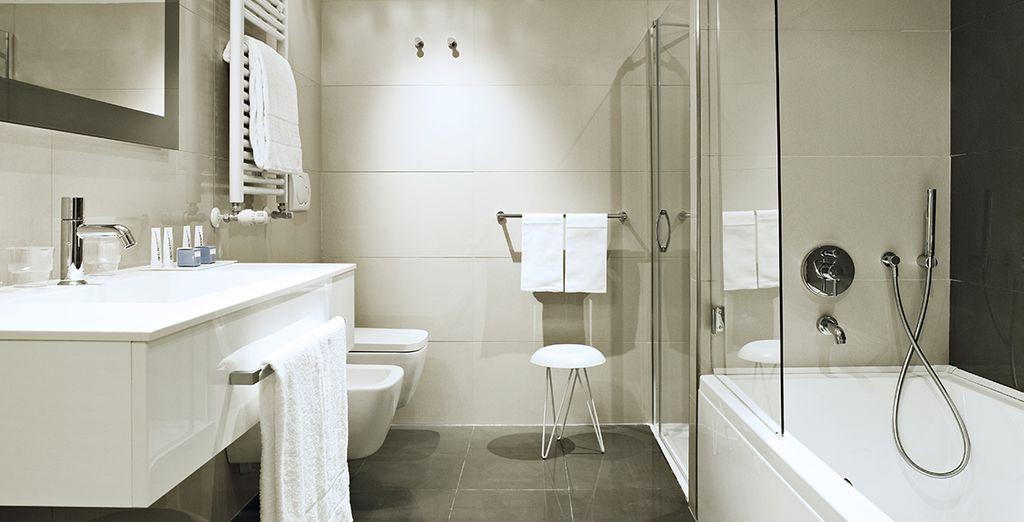 Mit modernem und voll ausgestattetem Bad