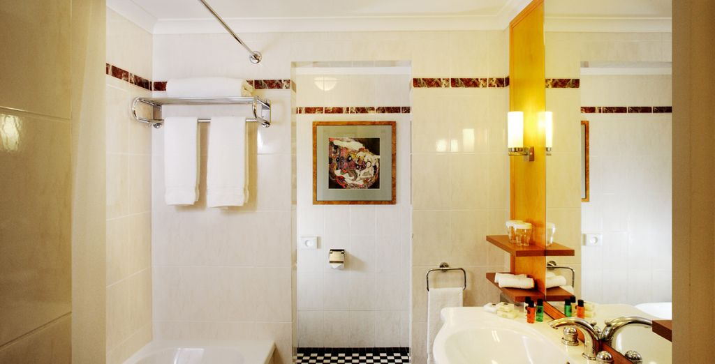 Mit elegantem Badezimmer