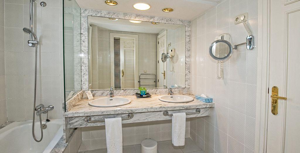 Ein ansprechend eingerichtetes Badezimmer