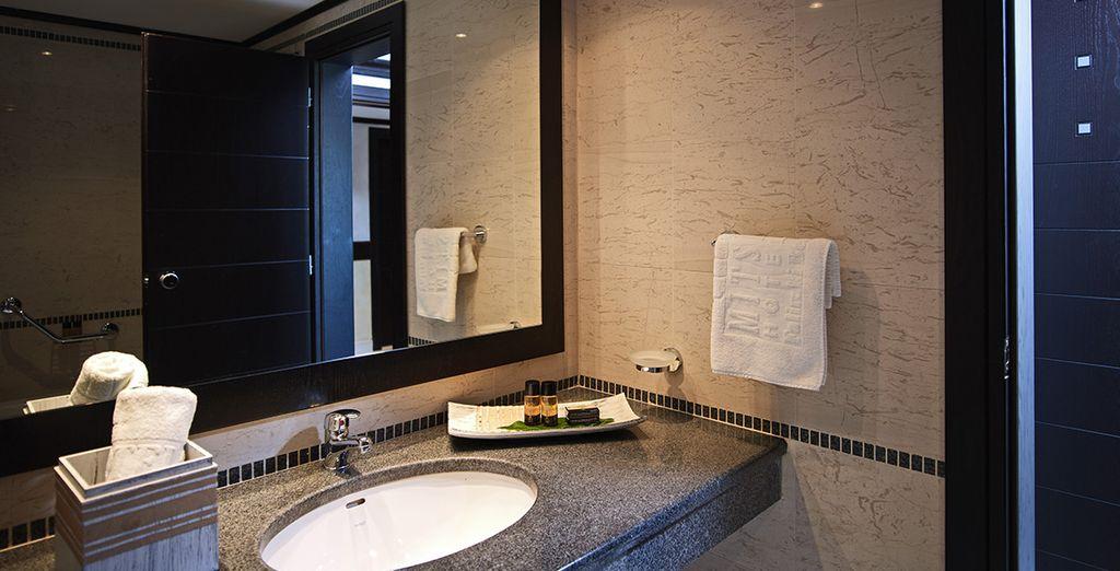 Das Badezimmer ist komplett ausgestattet