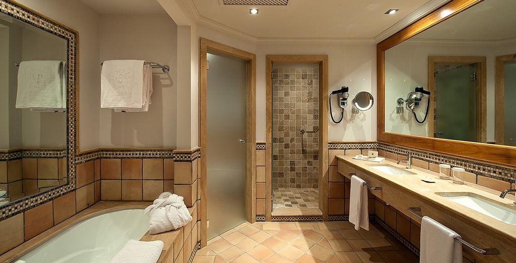 Das Bad ist in inseltypischem Stil gehalten