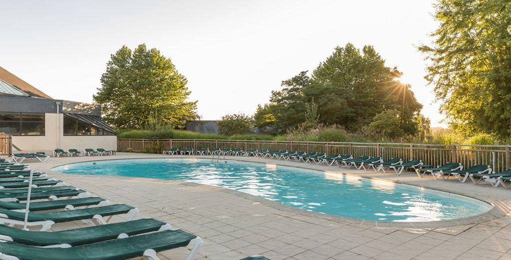 oder relaxen Sie beim Sonnenbad am Pool
