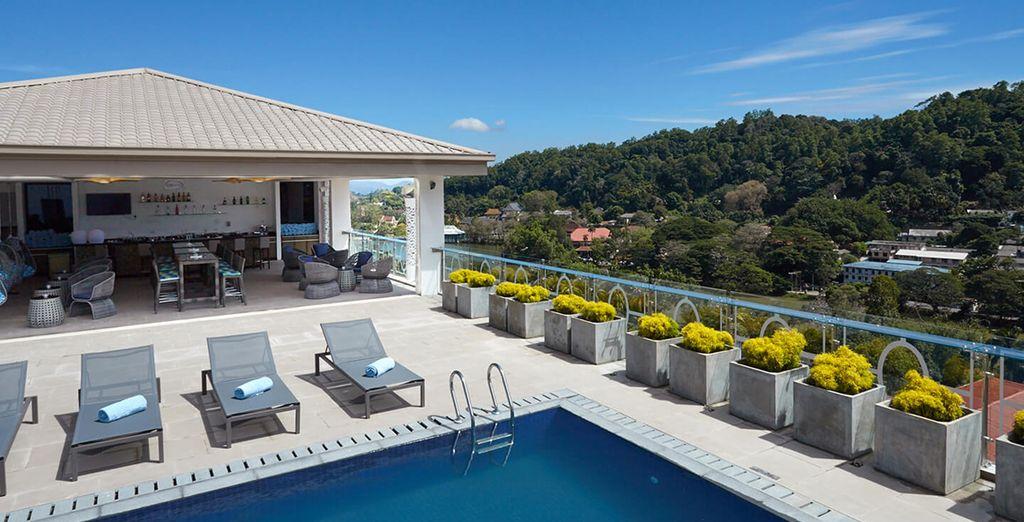 Genießen Sie den Pool und die Lounge auf der Dachterrasse des Hotels