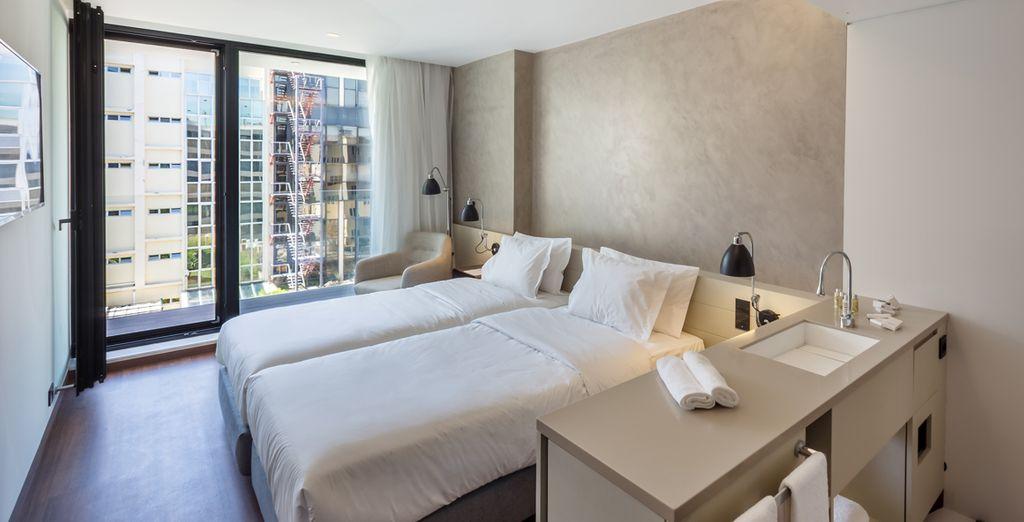 Machen Sie es sich in Ihrem minimalistisch eingerichteten Standard Zimmer gemütlich