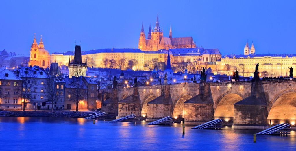 Entdecken Sie den Fluss Vltava bei Nacht
