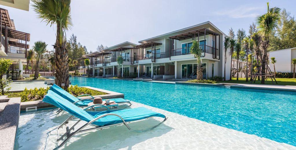 Nehmen Sie ein Sonnenbad am Pool
