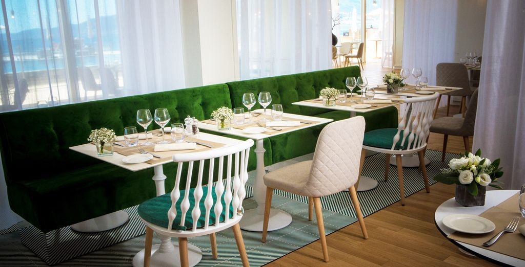 Probieren Sie lokale Gerichte im Hotelrestaurant Le Caroubier