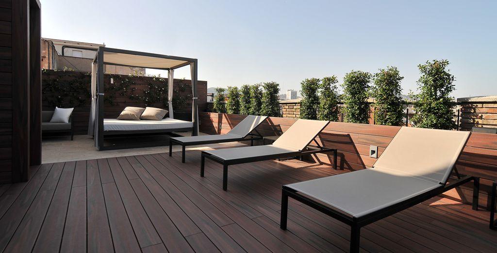 Genießen Sie die Lounge auf der Dachterrasse des Hotels