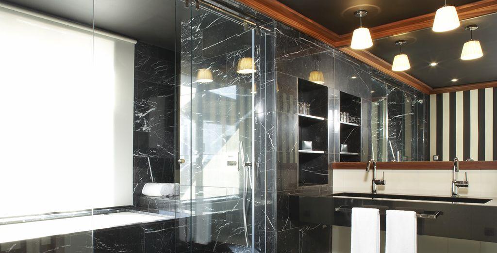 Badezimmer mit raffiniertem Dekor