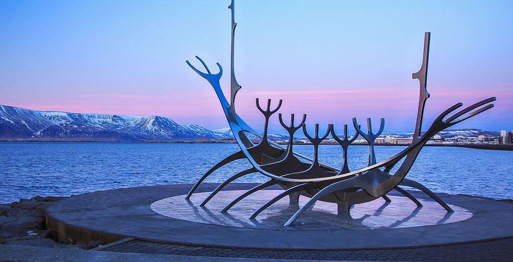 Und authentischen Kunstwerken (Sun Voyager monument)