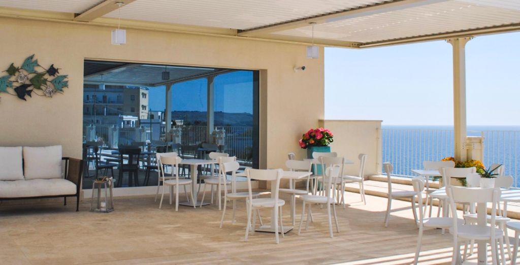 Frühstücken Sie auf der sonnigen Terrasse im Est Hotel Santa Cesarea Terme