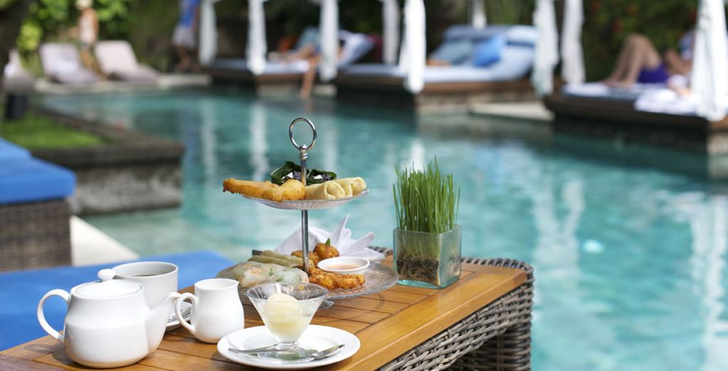 Cada mañana saborea un delicioso desayuno servido junto a la piscina
