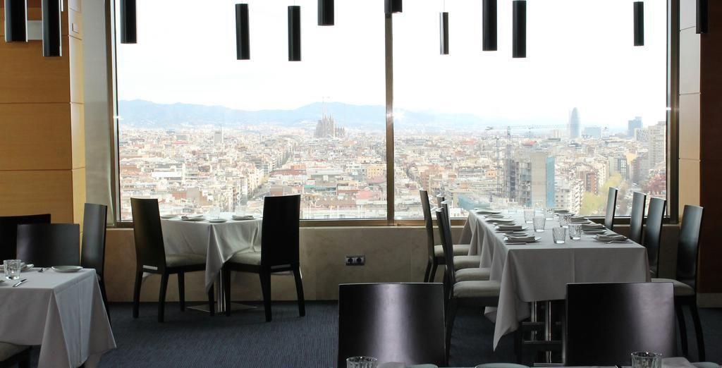 Por la noche, visita el restaurante del hotel, que ofrece una panorámica de la ciudad de 360º