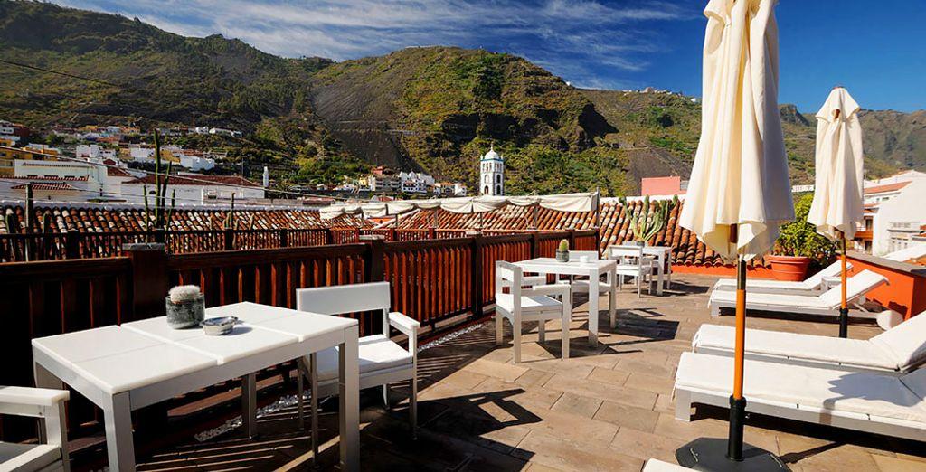 El hotel está situado entre el mar y las montañas
