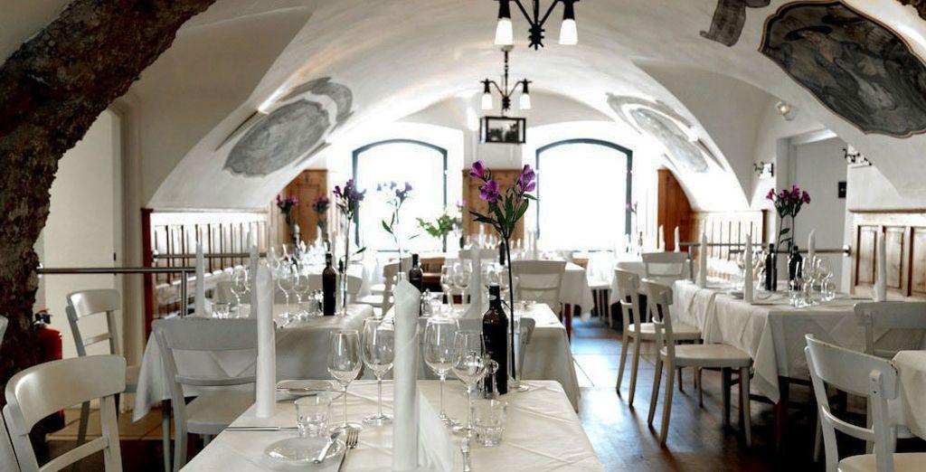 Toma asiento en el encantador restaurante histórico Gewölbe