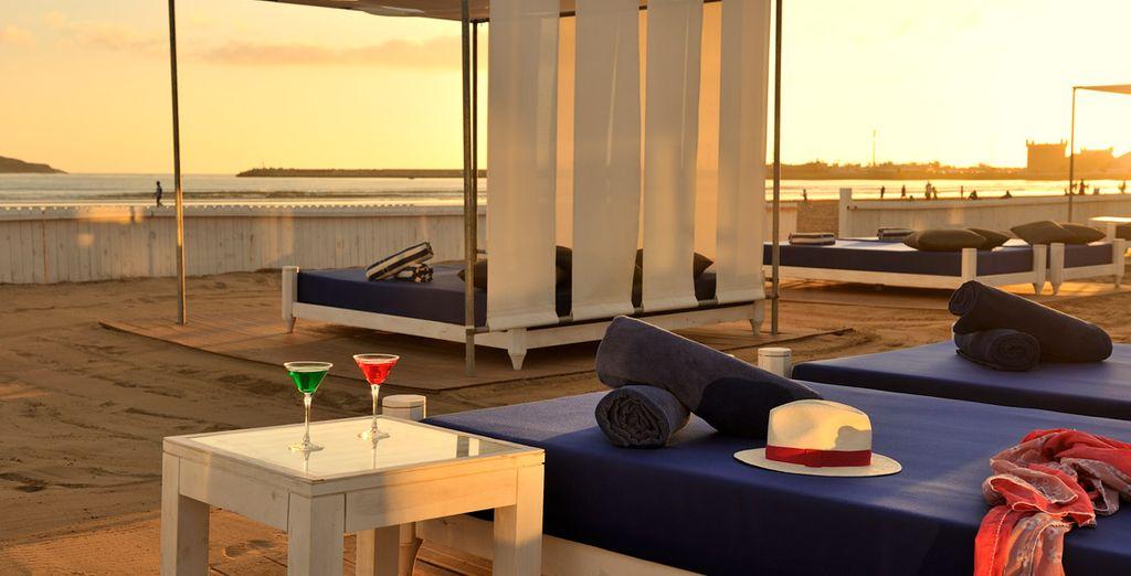 El hotel presume de una ubicación envidiable, con playa privada donde relajarte