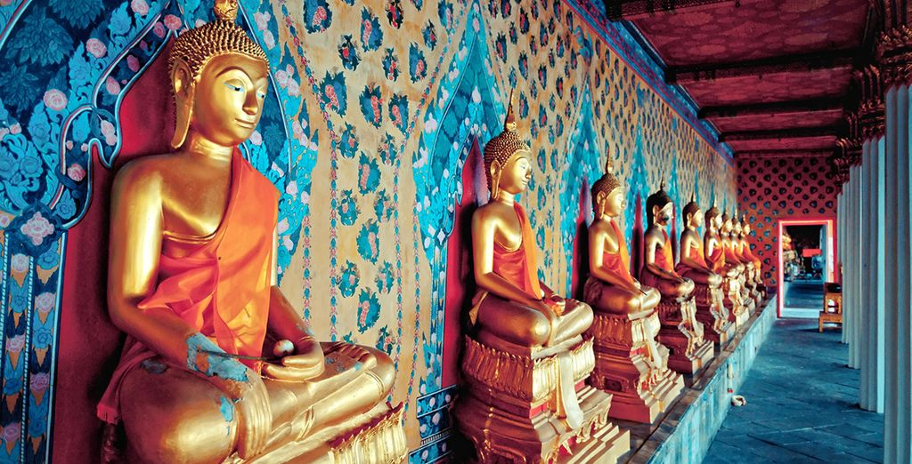 Estatuas de oro de Buda en el templo de Wat Arun, en Bangkok