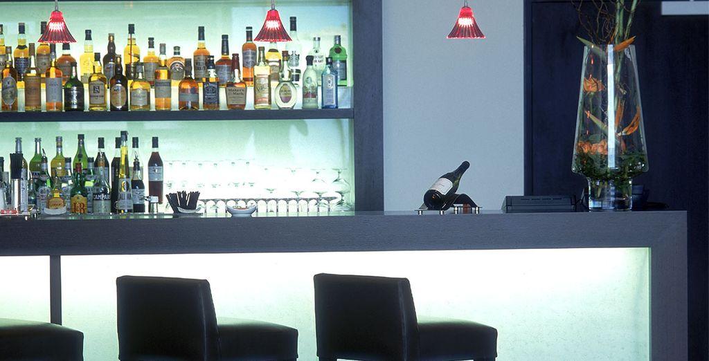 Tómese una copa en el bar