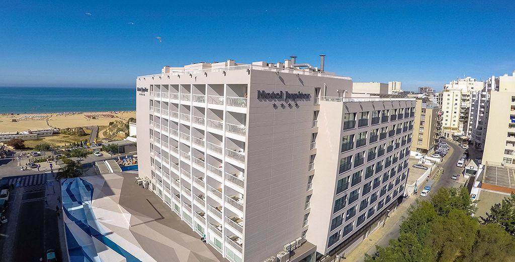 Jupiter Algarve Hotel está situado enfrente de Praia da Rocha