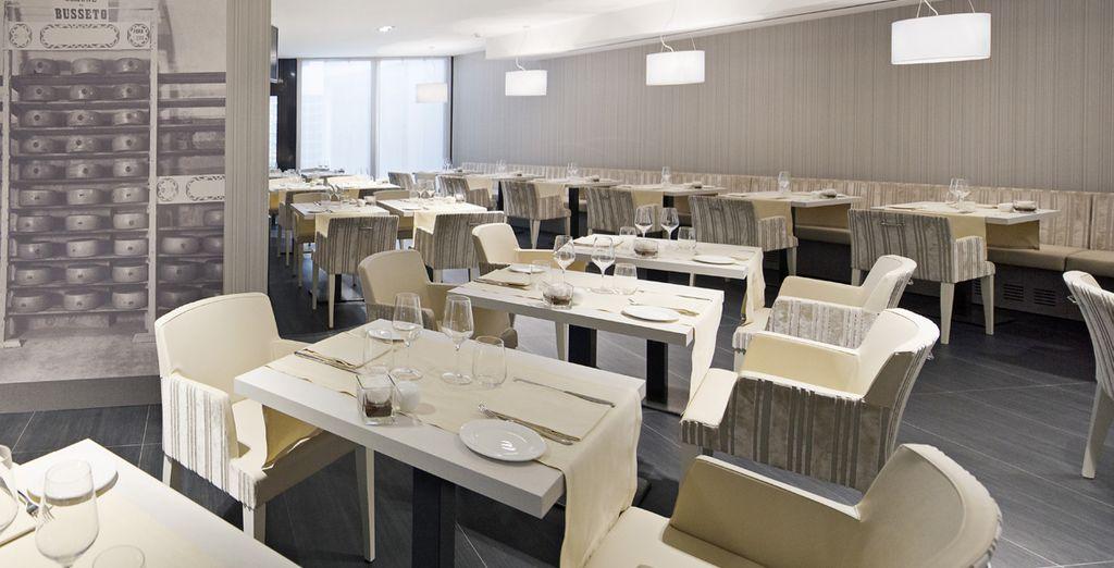 El restaurante sirve platos de cocina internacional y vinos italianos