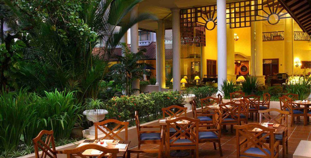 Disfrute de largas cenas en los jardines de este hotel