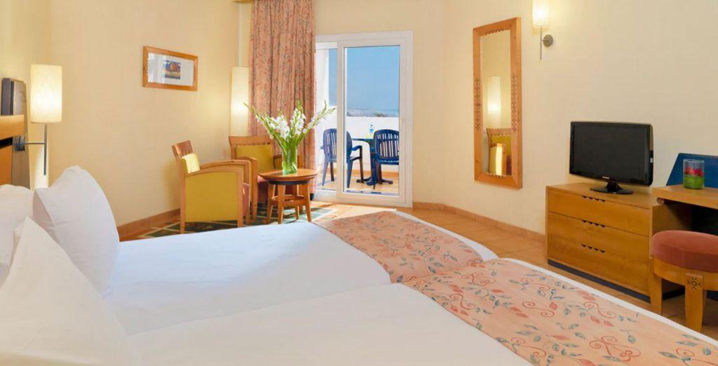 Descansarás en una habitación con vista lateral al mar