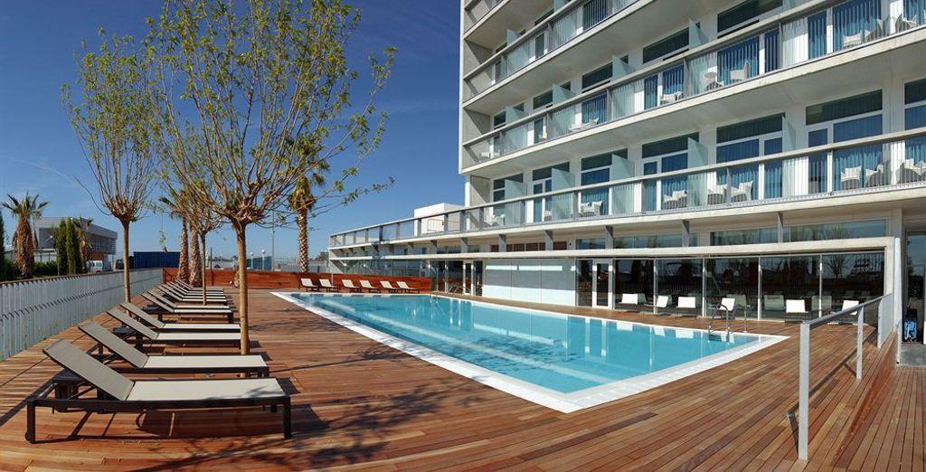 Cuenta con piscina al aire libre abierta durante los meses de verano