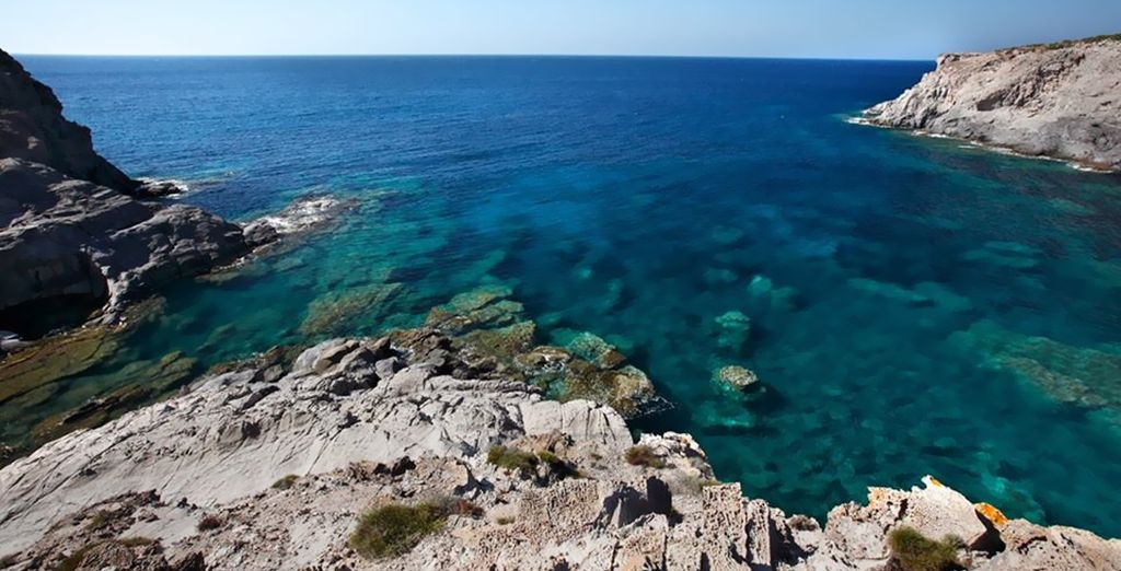 A tan sólo 600 metros de la orilla del mar de playas de roca y arena
