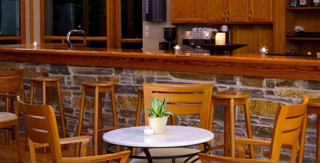 Tome una copa en el bar del lobby
