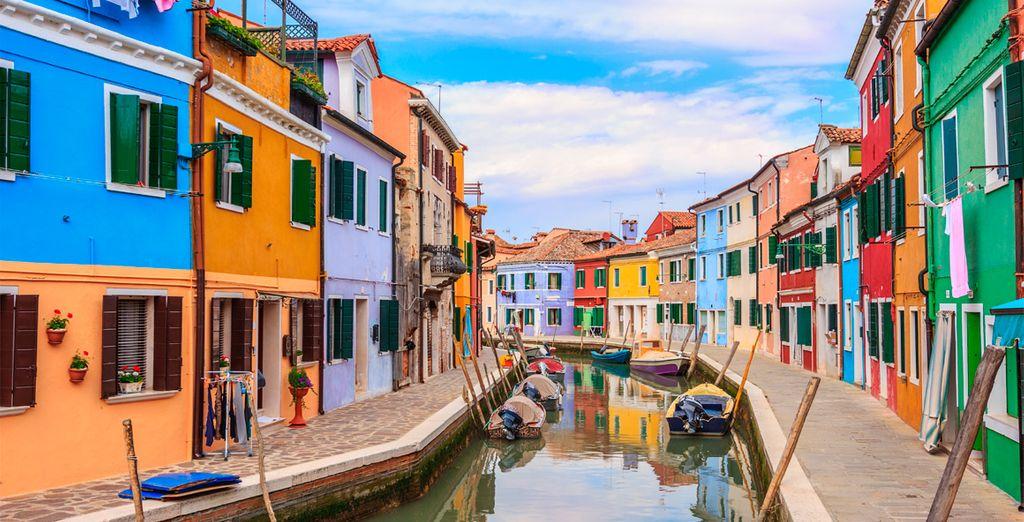 Un taxi privado te llevará a disfrutar de la colorida isla de Murano