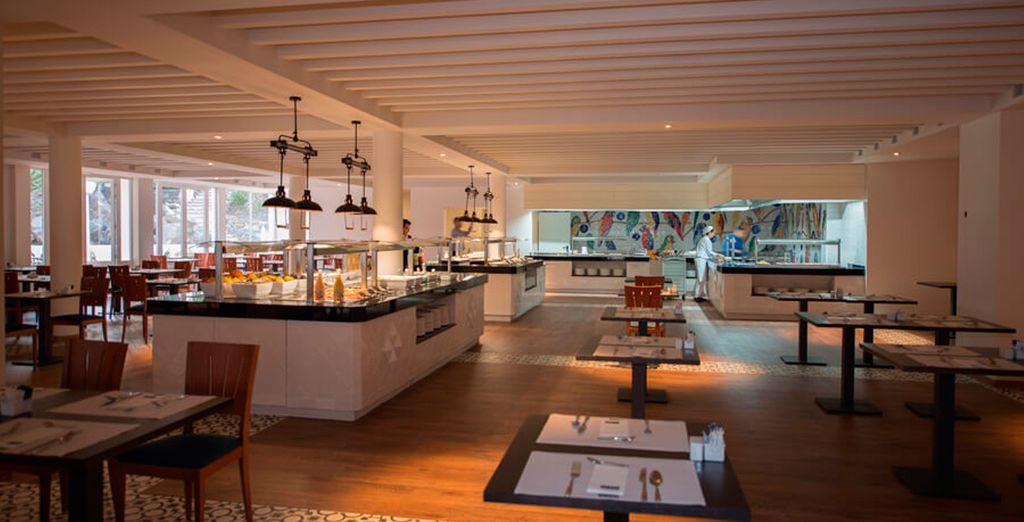 Amplio salones para disfrutar de desayuno cena buffet