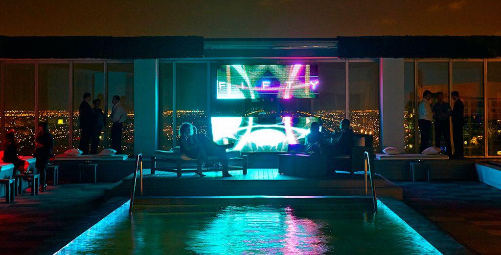 El FIFTY Ultra Lounge ofrece vinos y cócteles junto a la piscina privada de la azotea