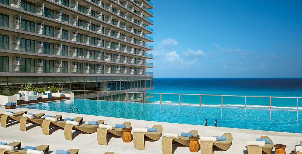 Relájese en la piscina del hotel