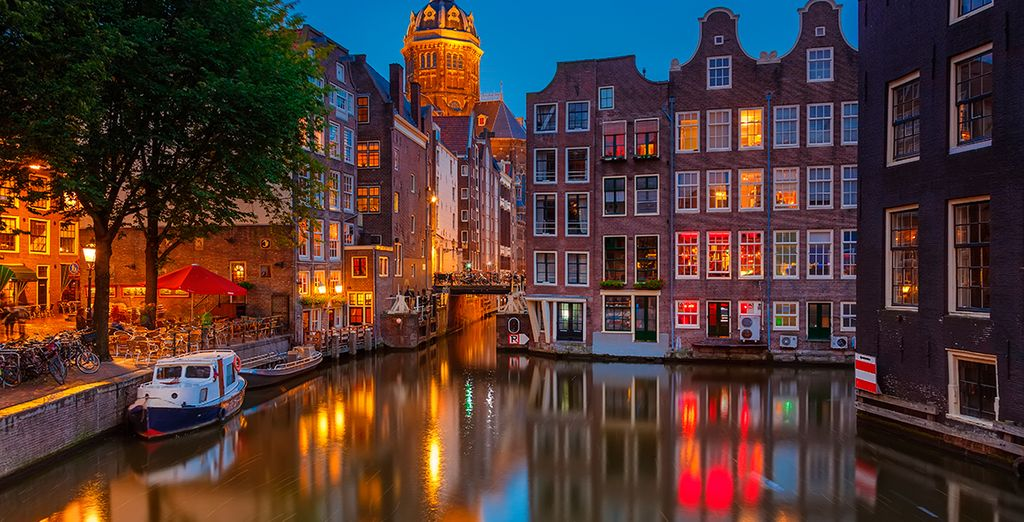 Ámsterdam combina sus canales y puentes con la original arquitectura del siglo XVI