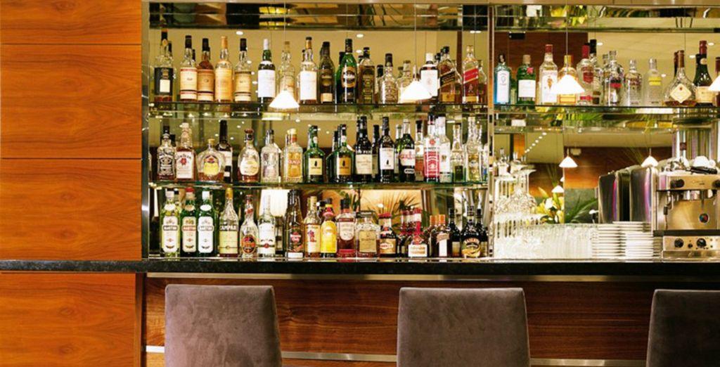Disfrute de un cóctel en el bar del hotel