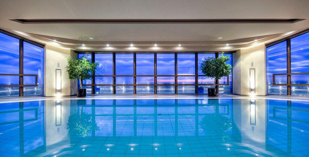 Disfrute de la piscina en la planta 26ª con increíbles vistas panorámicas