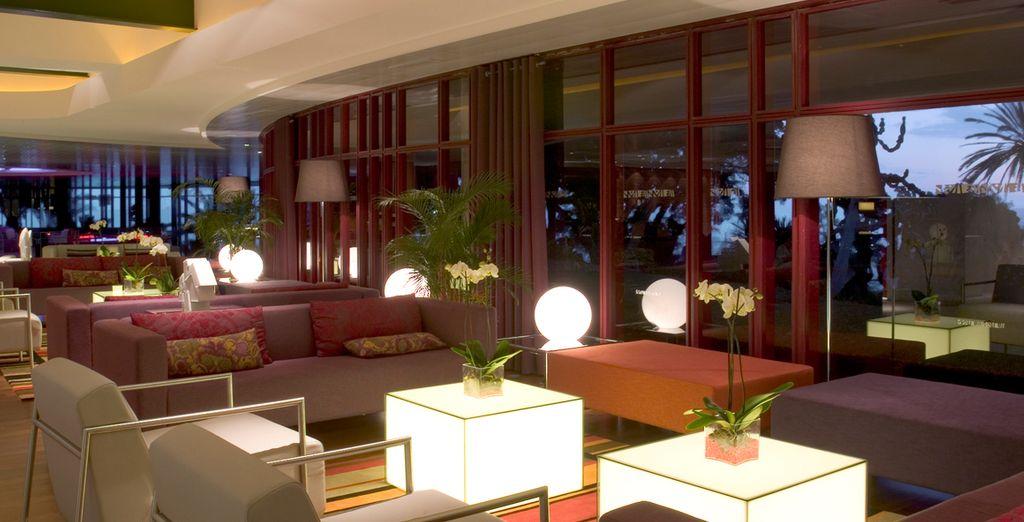 Descanse en los sofás del lobby