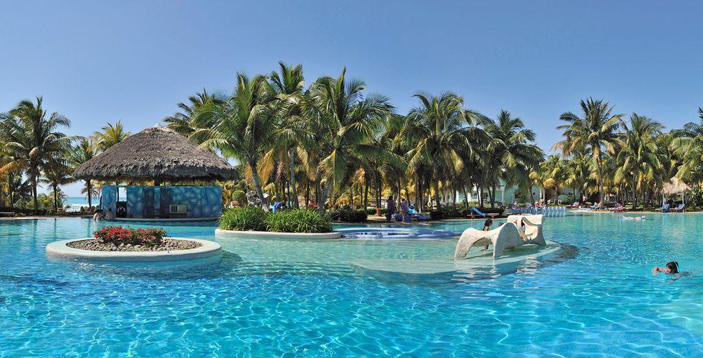 Báñese en la piscina exterior del resort