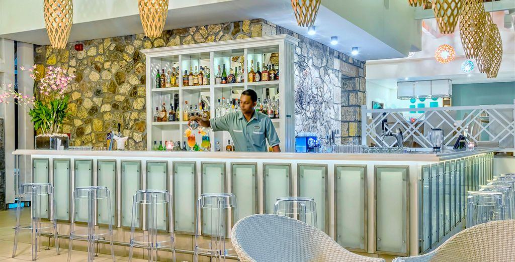 Tómese un refrescante cóctel en el bar