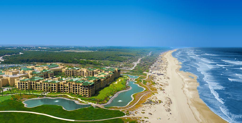 Este complejo hotelero de lujo cuenta con piscina al aire libre, casino y campo de golf