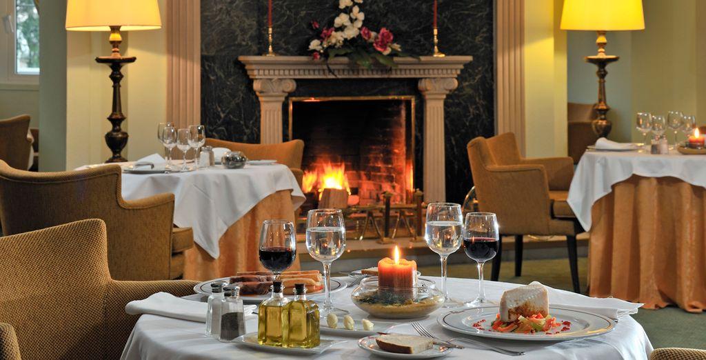 Deguste suculentos platos en su elegante restaurante